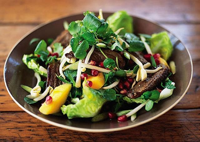 Салат с утиной грудкой и кумкватом