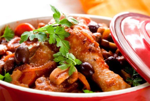Цыпленок, тушенный с красным луком и оливками