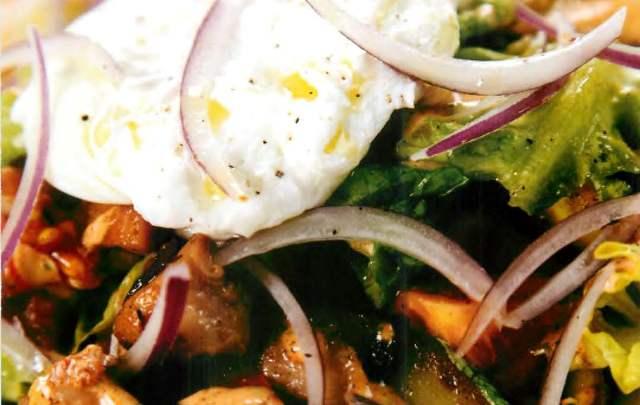 Теплый берлинский салат с картофелем, копченой курицей и томатами