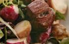 Теплый картофельный салат с ростбифом