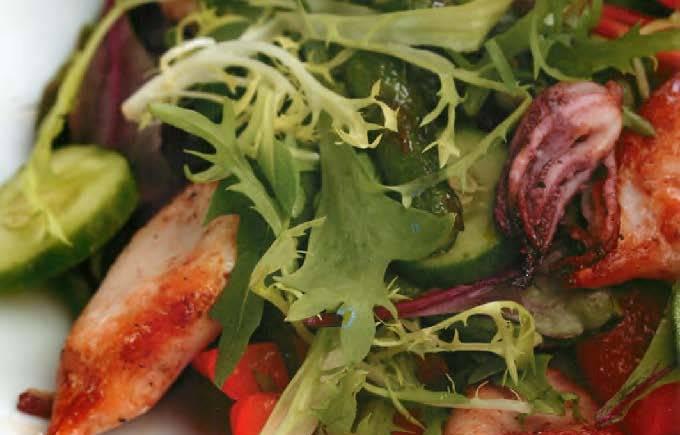 Теплый салат с кальмарами гриль и овощами