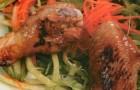Теплый салат с куриными крылышками в медовом соусе
