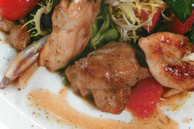 Теплый салат с курицей и грибами под имбирной заправкой