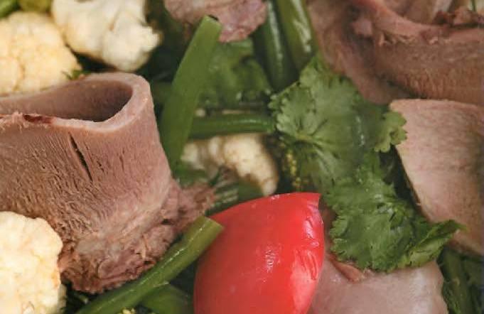 Теплый салат с телячьим языком и овощами
