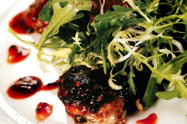 Жареное филе перепелки под соусом из черного перца
