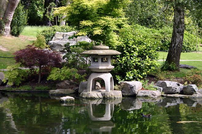 Ирисовый сад и зигзагообразный деревянный мост