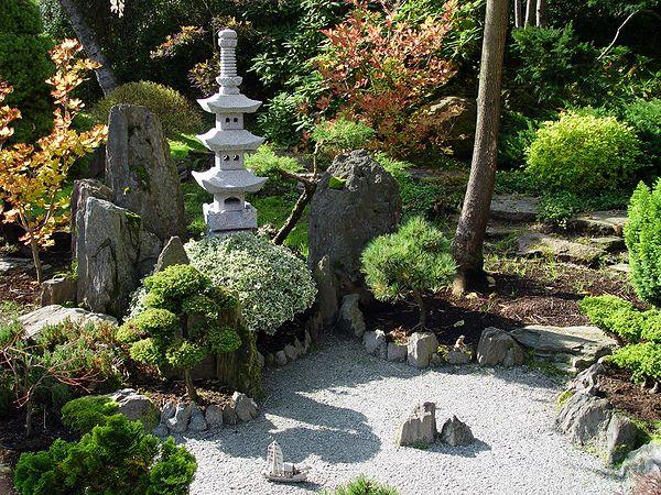 Пагоды в японском саду