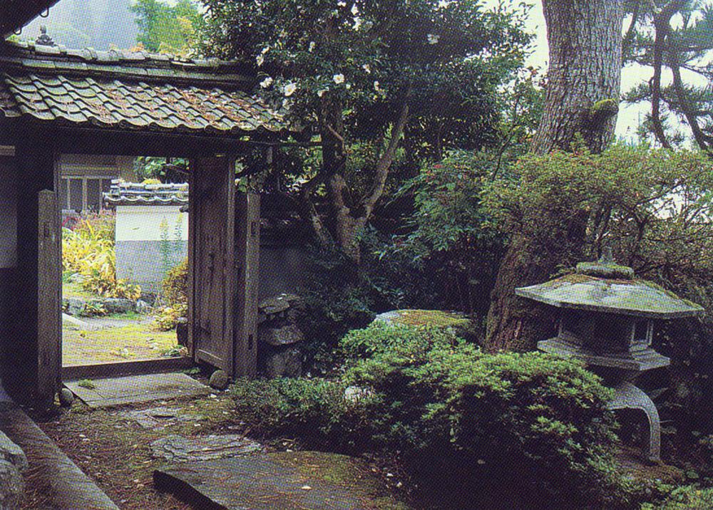 Подступы к саду и входные ворота в неформальном стиле