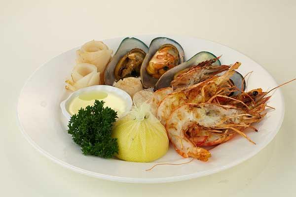 Морепродукты на гриле с соусом из анчоусов