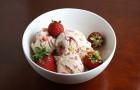 Мороженое с клубникой и крем-фреш