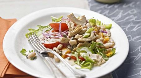 Рисовый салат с тунцом и каперсами
