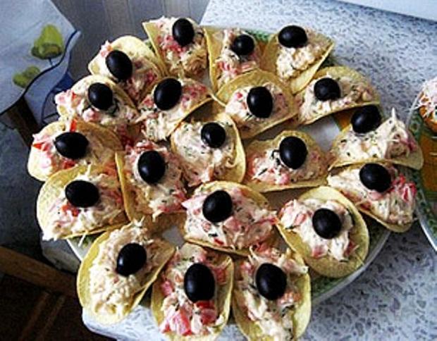 Тунец по-татарски на рифленых картофельных чипсах