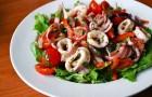Жареные кальмары с белой фасолью и зеленым соусом