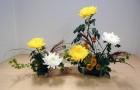 Композиция в вазе с ветками и цветами