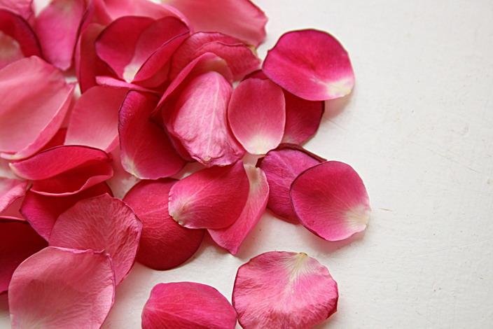 Ванночка с розовыми лепестками