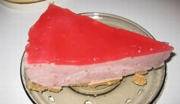 Бисквитный торт с орехами и клубнично-йогуртовым кремом