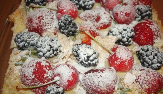 Слоеный торт «Мильфёй» с красными ягодами