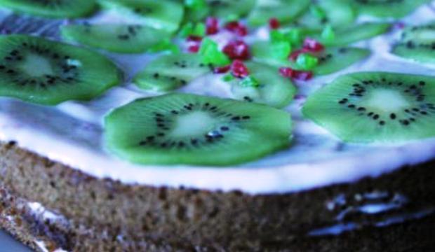 Торт с кремом из йогурта и киви