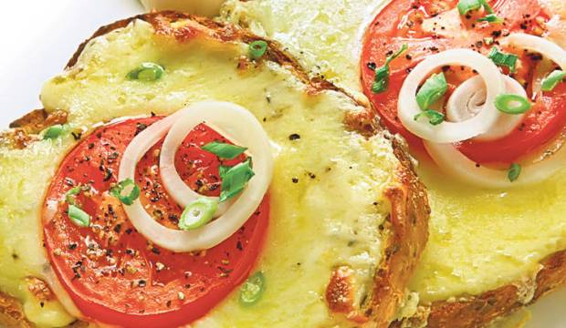 Бутерброд с грибами, зеленым луком и помидорами