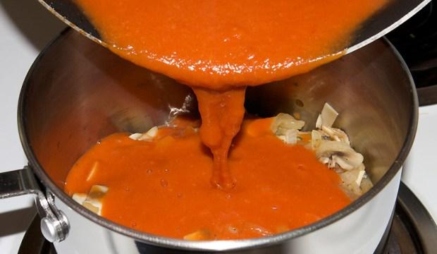 Грибной соус с томатом и чесноком