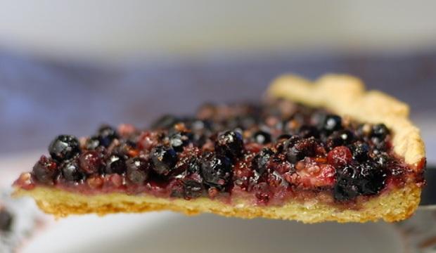 Открытый пирог со смородиной