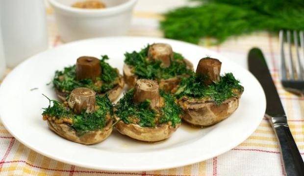 Печеные грибы с зеленью петрушки и укропа