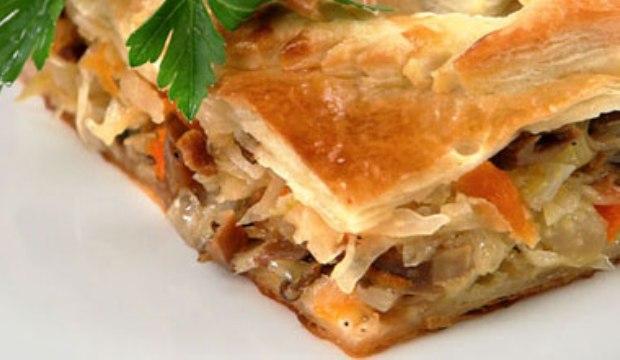 Пирог с солеными грибами и квашеной капустой