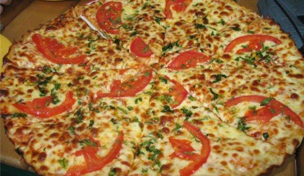 Пицца с шампиньонами и зеленым горошком