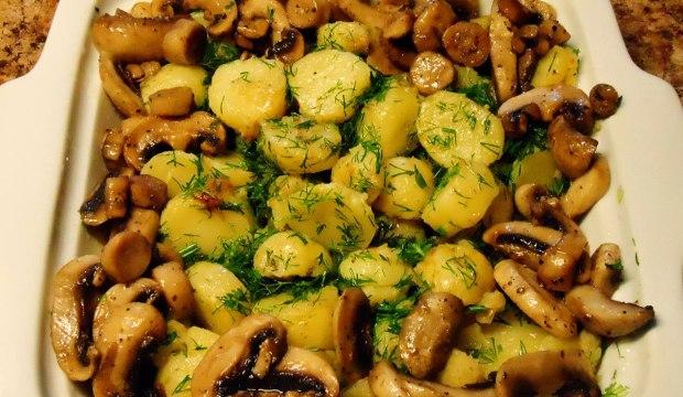 Соленые грибы, поджаренные на растительном масле, с картофелем