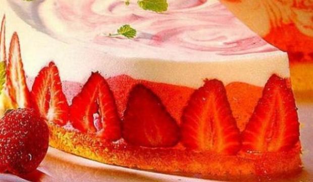 Торт с кефирным кремом и клубникой
