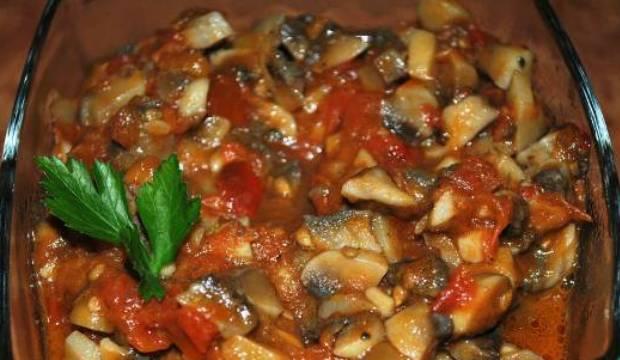 Тушеные грибы с помидорами