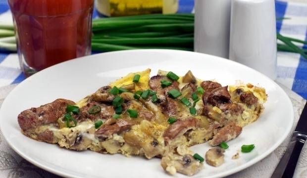 Яичница с грибами и куриным мясом