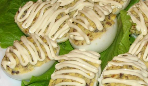 Яйца, фаршированные белыми грибами