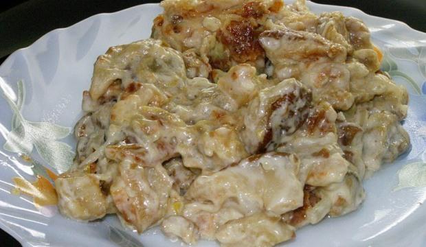 Жареные белые грибы в сметане