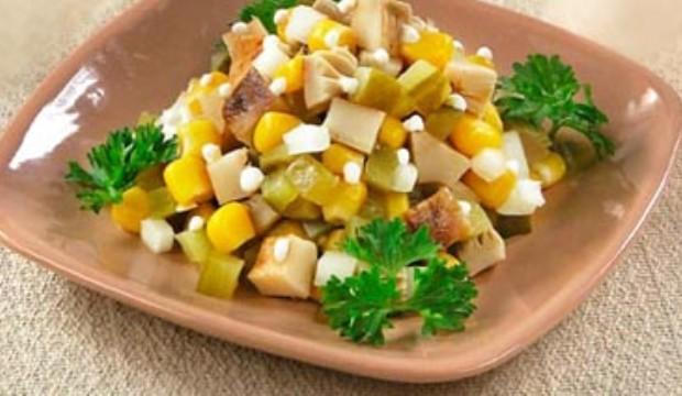 Грибной салат с консервированной кукурузой