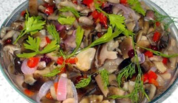 Салат из грибов с клюквой