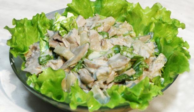 Салат из маринованных грибов и филе цыпленка