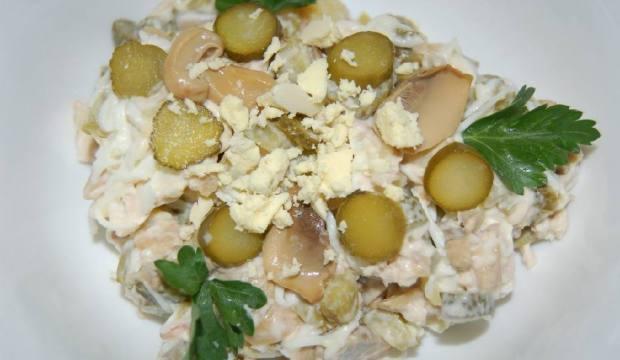 Салат из маринованных грибов и соленых огурцов