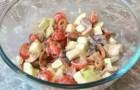 Салат из маринованных грибов, помидоров и яблок