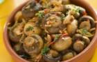 Салат из маринованных грибов с острым перцем