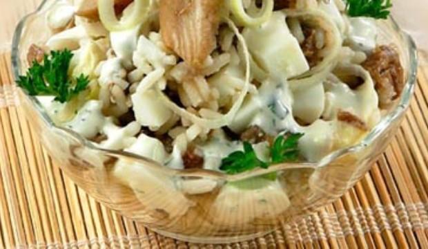 Салат из маринованных грибов с зеленым луком и яйцом