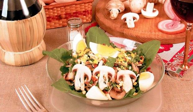 Салат из шампиньонов, яиц и зелени