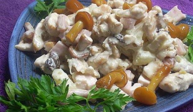 Салат с грибами, ветчиной и соленым огурцом