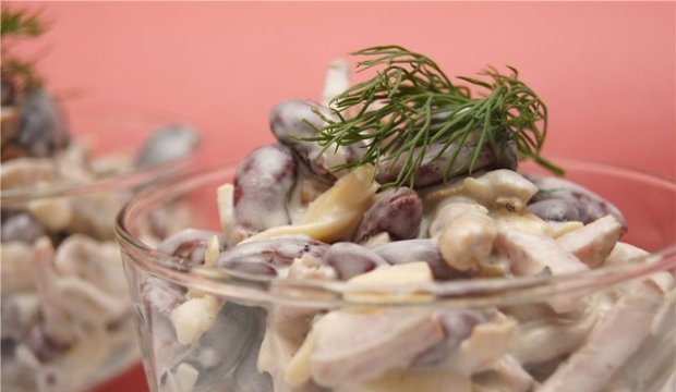 Салат с маринованными грибами и вареной колбасой
