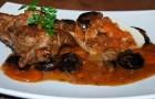 Баранина, тушенная с луком и томатной пастой в скороварке