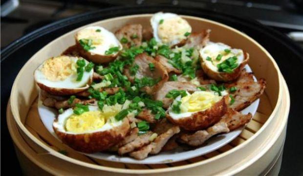 Свинина, жаренная с яйцами в аэрогриле