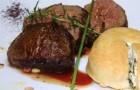 Ломтики говядины с гарниром из рикотты и шпината