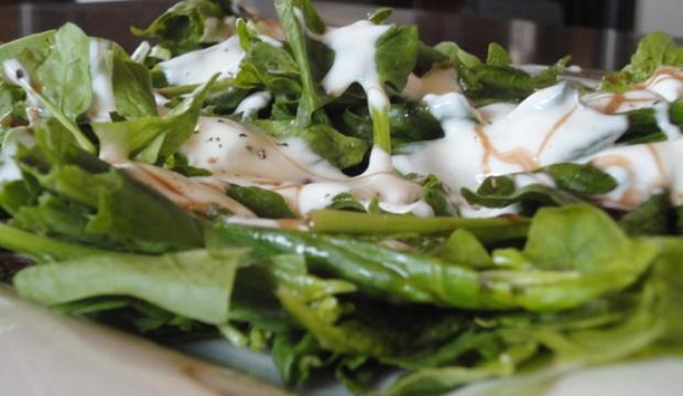 Салат из шпината с натуральным йогуртом