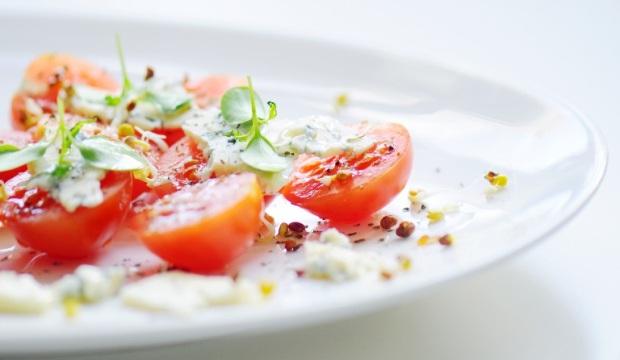 Салат с адыгейским сыром, рукколой и помидорами черри