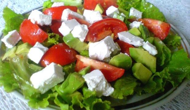 Салат с фетой и авокадо